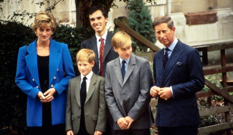 Prințul William și Prințul Harry, alături de Prințul Charles și Prințesa Diana