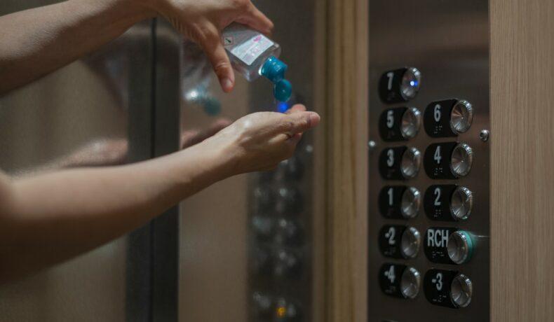 Dezinfectarea mâinilor după utilizarea suprafețelor comune, liftul