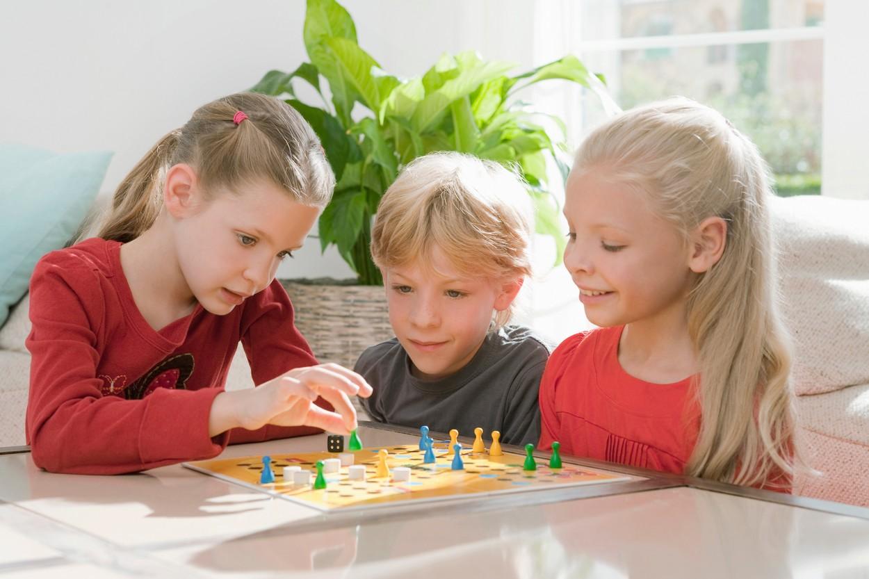 Copii care se joacă un joc împreună