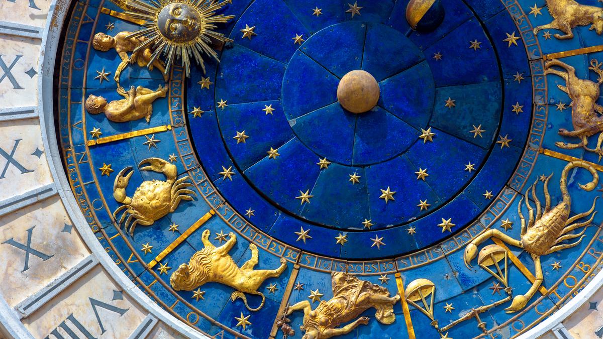 Semnele zodiacului în culoarea auriu pe un fundal albastru