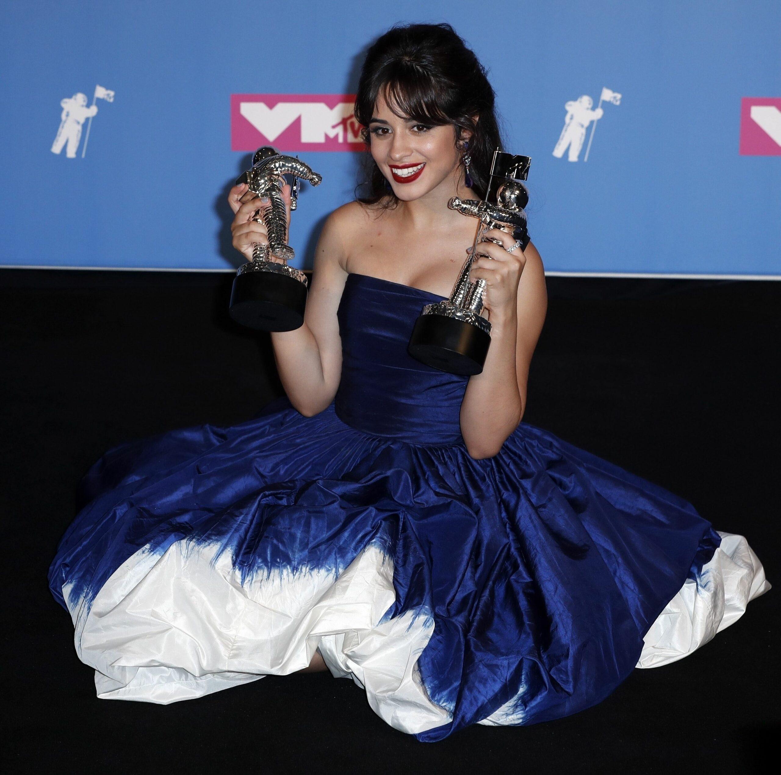 Camilla Cabello pozează într-o rochie albastră cu umerii goi