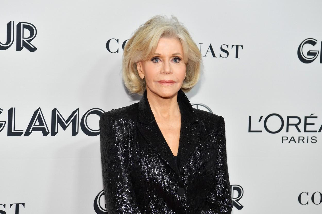 James Fonda pozează pe covorul roșu îmbrăcată într-un sacou negru strălucitor