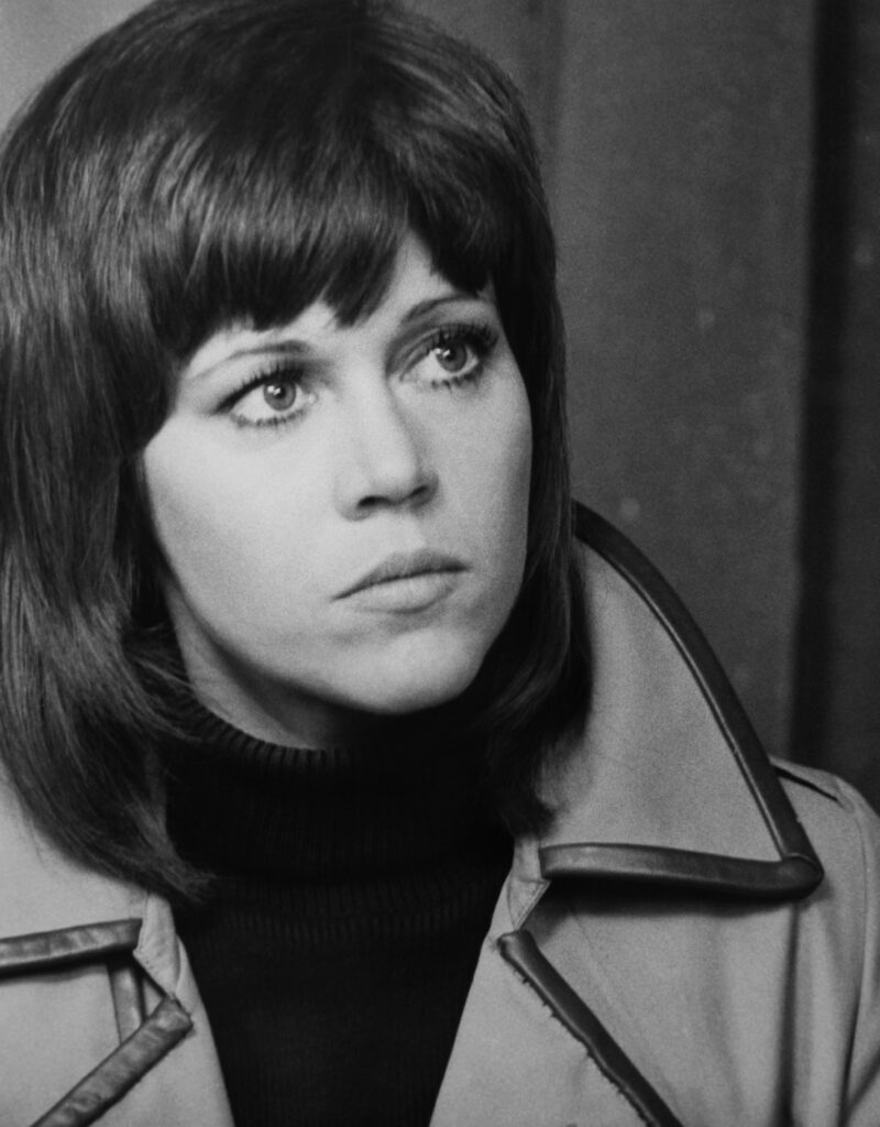 Portret alb-negru cu James Fonda tânără și cu breton în timpul filmărilor pentru Klute