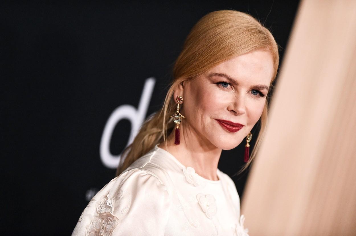 Nicole Kidman fotografiată pe covorul roșu îmbrăcată cu o rochie albă