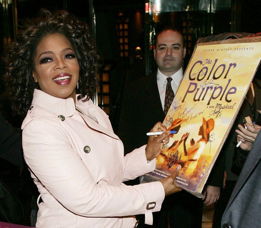 Oprah Winfrey oferă un autograf pe afișul filmului The Color Purple