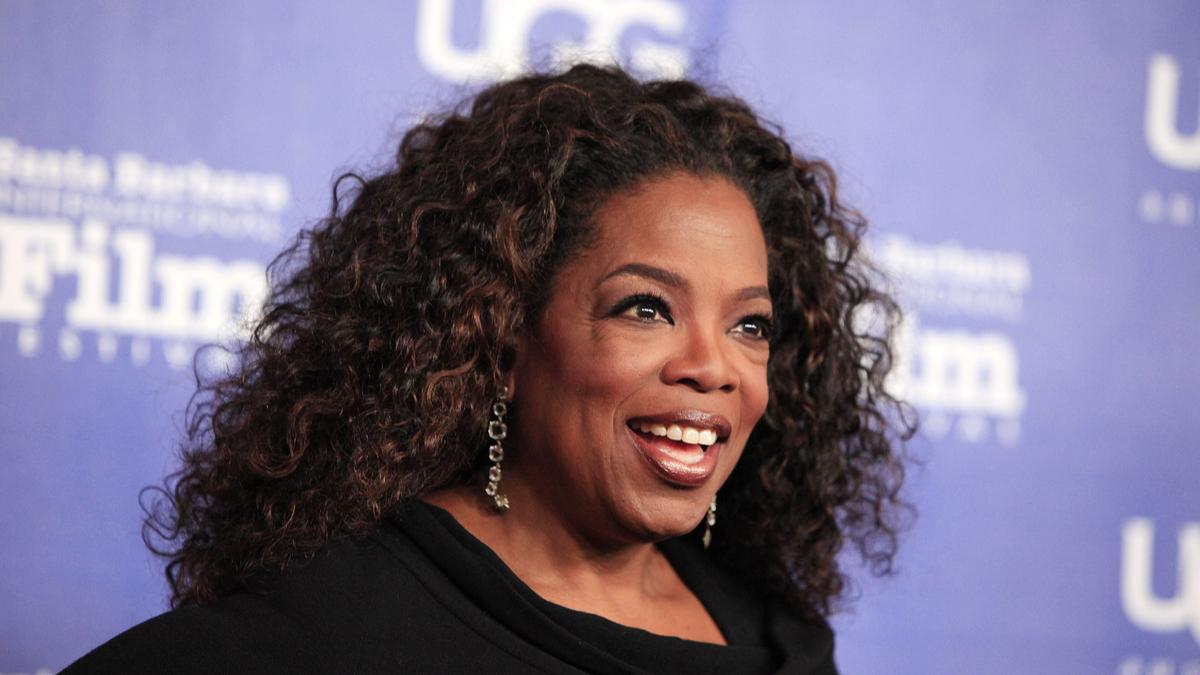 Oprah Winfrey afișează un zâmbet larg pe covorul roșu la un festival de film
