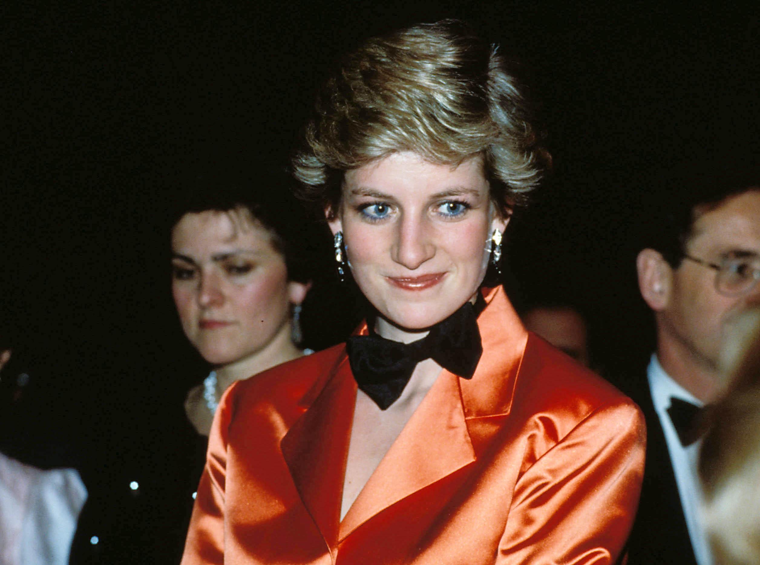 Prințesa Diana poartă un sacou portocoliu și un papion