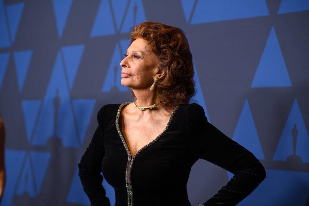 Sophia Loren pozează pe covorul roșu îmbrăcată într-o rochie roșie