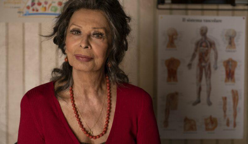 Sophia Loren, actrița care a cunoscut secretul tinereții veșnice, în filmul The Life Ahead îmbrăcată într-o bluză roșie cu decolteu adânc