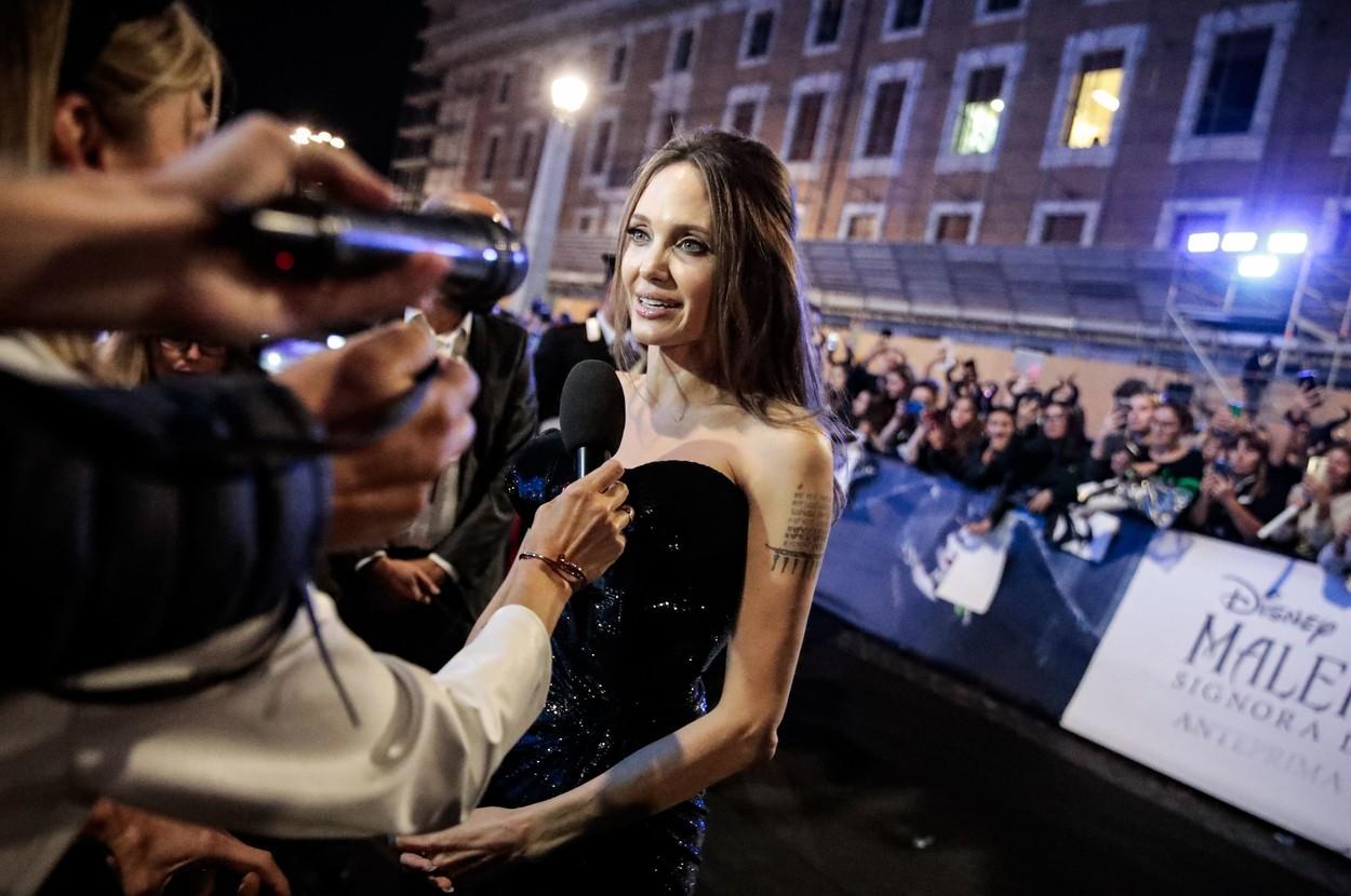 Angelina Jolie, în fața reporterilor, pe covorul roșu, în Italia