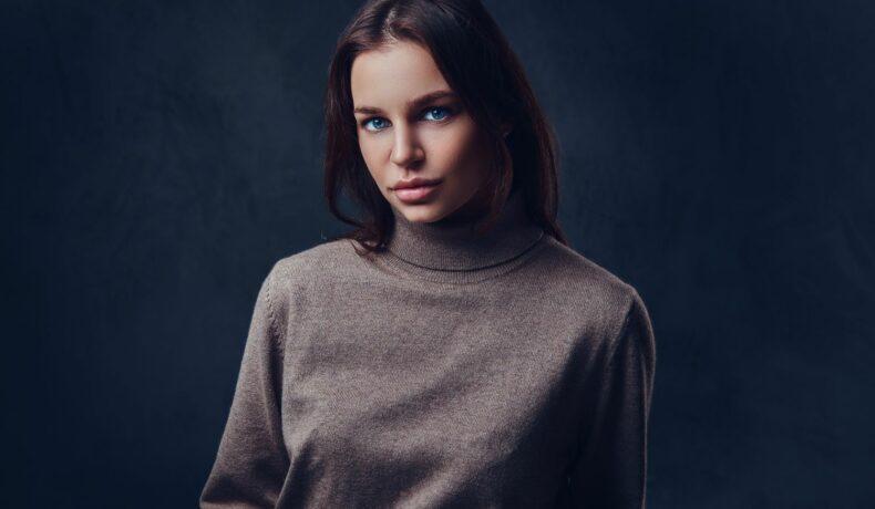 O femeie cu ochi albaștri și atitudine puternică.