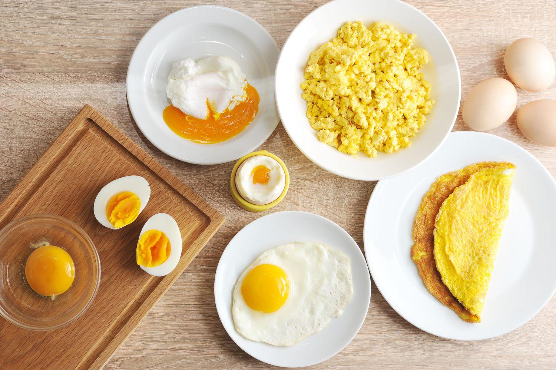 Ouă poșate, fierte, crude, făcute omletă, așezate pe o masă.
