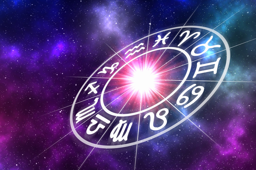 O imagine cu galaxie și semnele zodiacale pe fundal