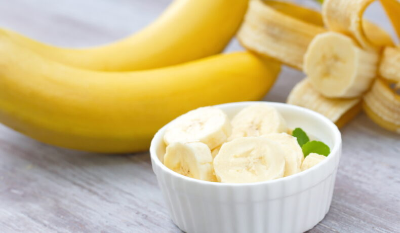 Banane decojite și tăiate într-un bol din ceramică