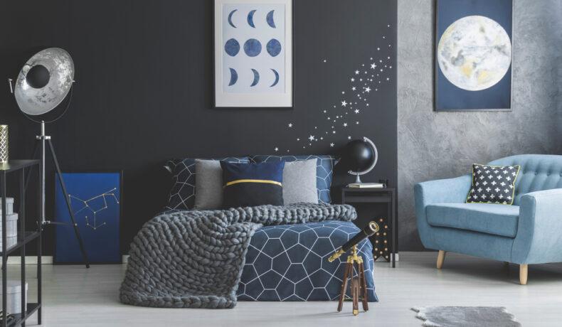 Un dormitor care cu pereți colorați în nuanțe închise