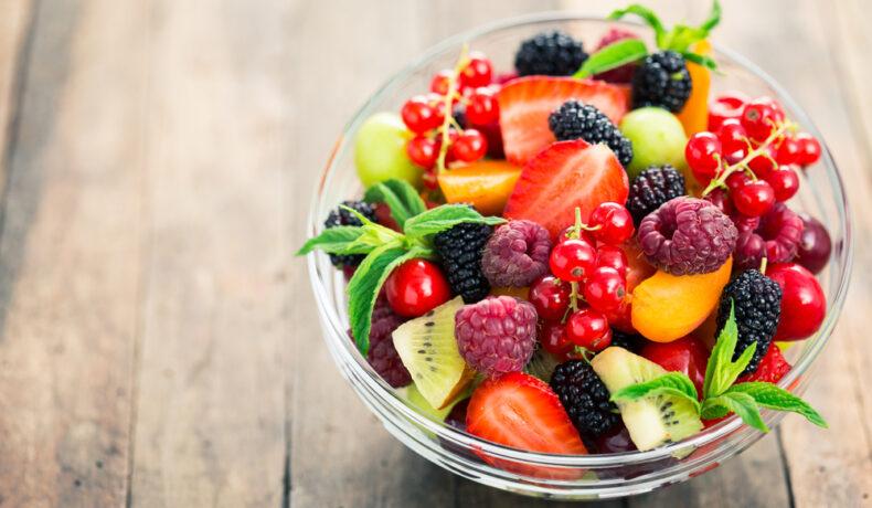 Un bol din sticlă cu fructe proaspete