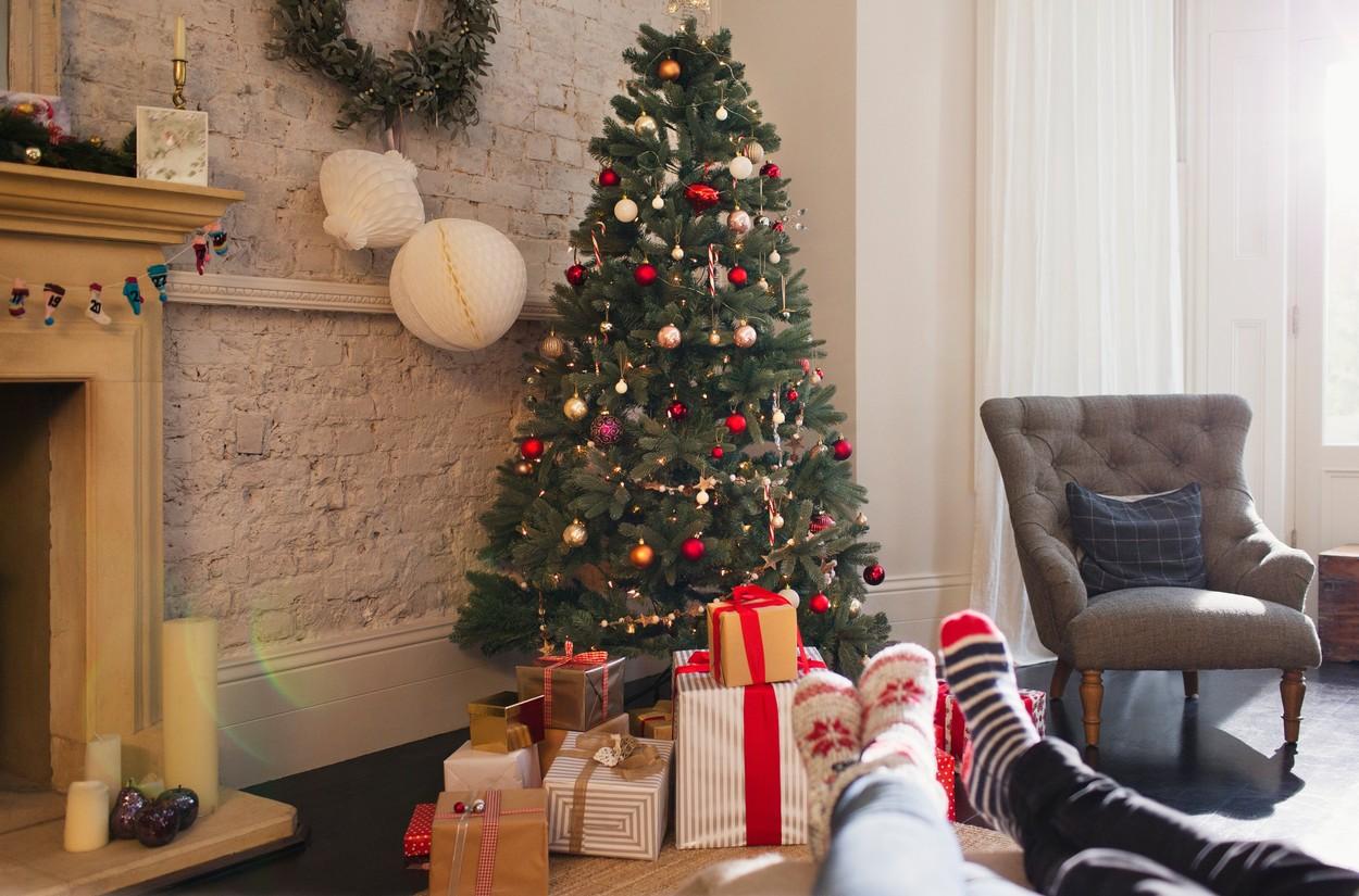 Un brad de Crăciun sub care sunt așezate multe cadouri