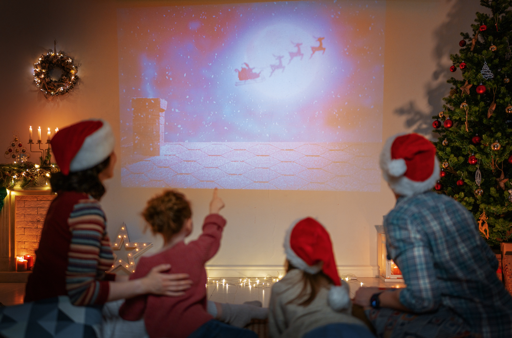 Părinții și micuții lor se uită la filme de Crăciun pentru copii