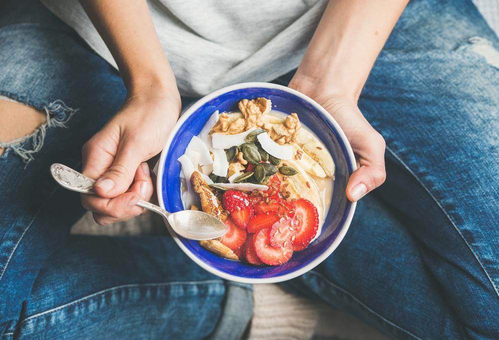 Alimente pe care nu e recomandat să le consumi la micul dejun, așezate într-un castron albastru.