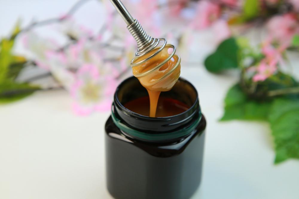 Mierea de Manuka, într-un borcan închis la culoare