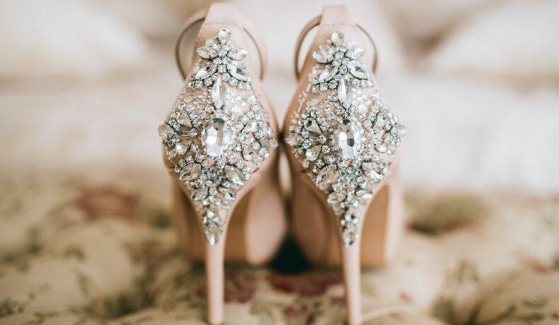 Pantofi Cenușăreasa cu cristale aplicate pe toc și călcâi, de culoare beige.