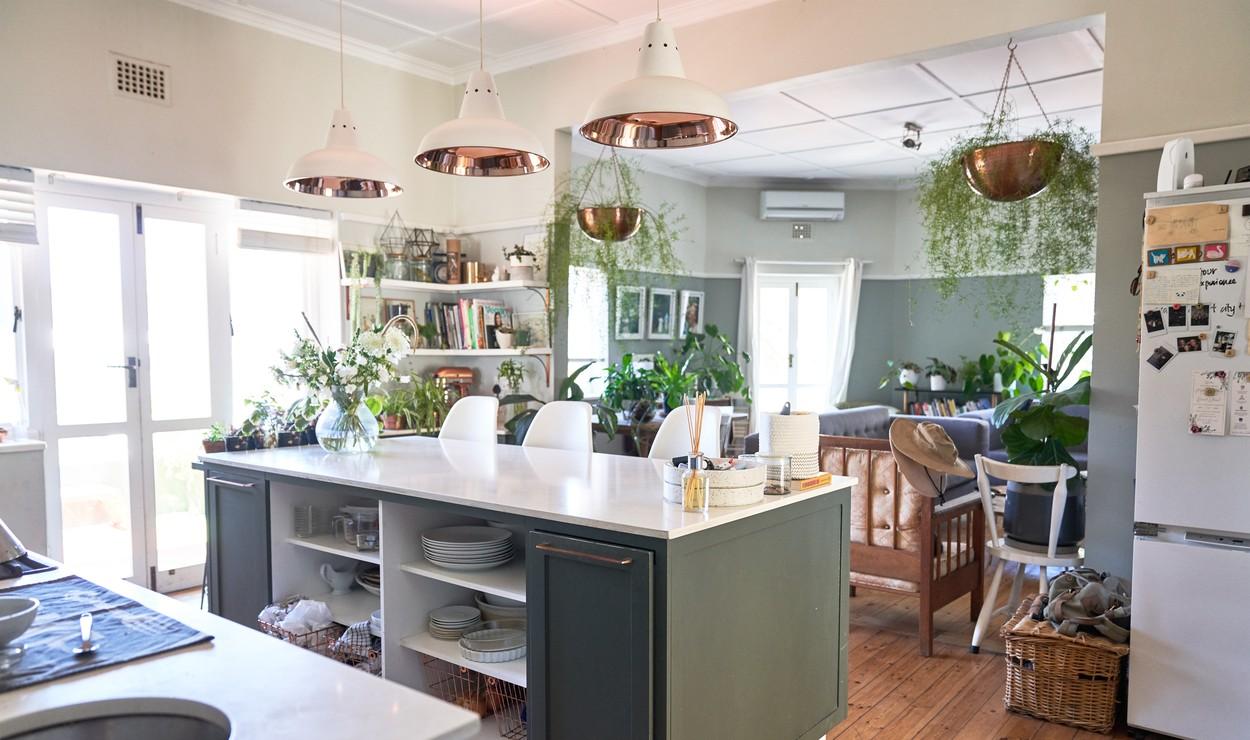 O bucătărie modernă, complet utilată și echipată