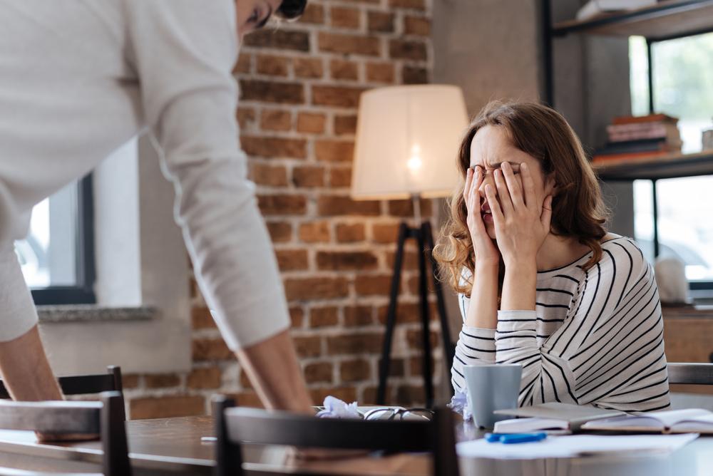 Subiecte de ceartă în cuplu: un bărbat și o femeie discută în contradictoriu