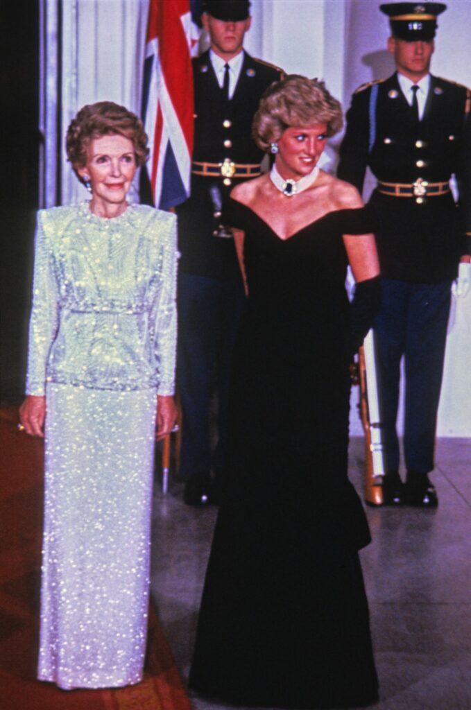 Prințesa Diana, participă la un eveniment oficial, îmbrăcată într-o rochie de culoarea neagră și celebrul choker de perle cu un safir în mijloc