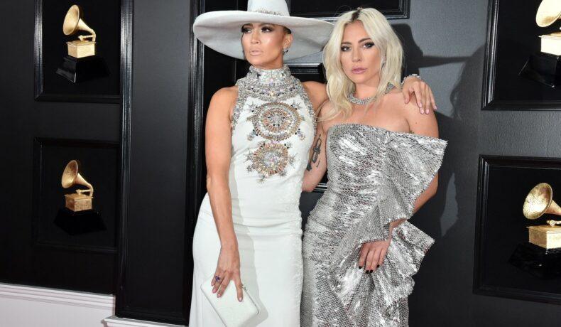 Jennifer Lopez și Lady Gaga fotografiate împreună îmbrăcate în rochii lungi elegante