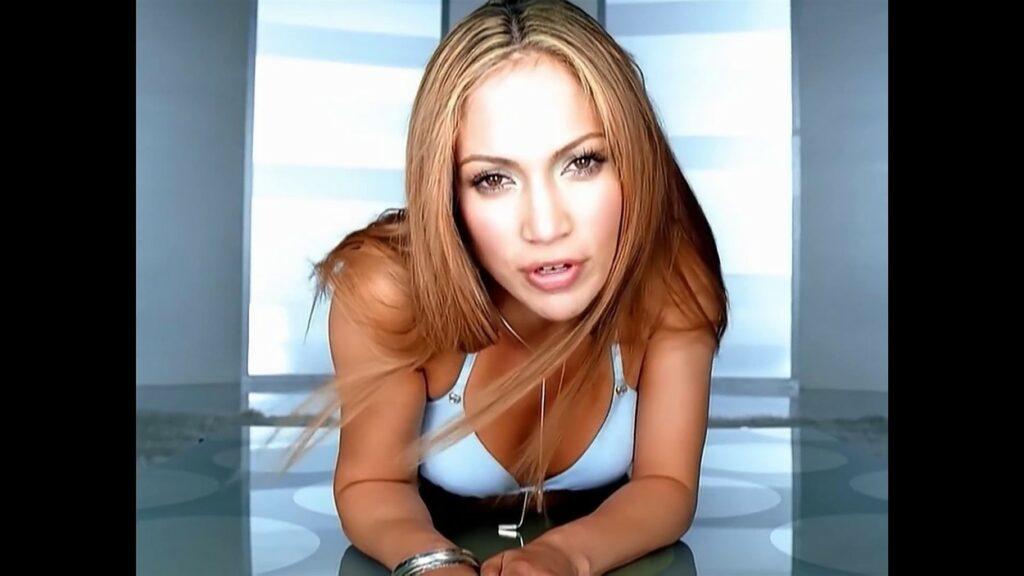 Jennifer Lopez poartă un sutien albastru în timpu filmărilor pentru On The 6. Are părul lung și blond