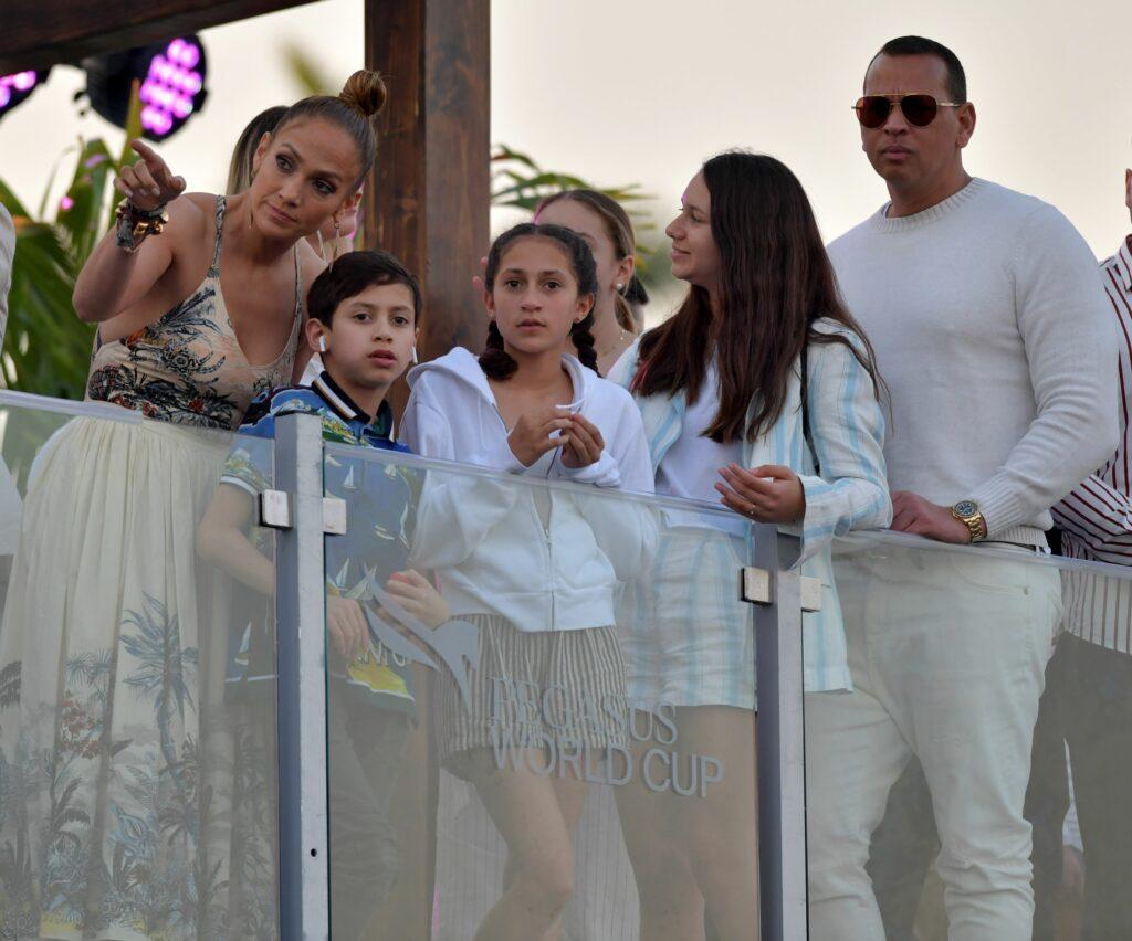 Jennifer Lopez stă pe un balcon alături de soțul ei și de cei patru copii
