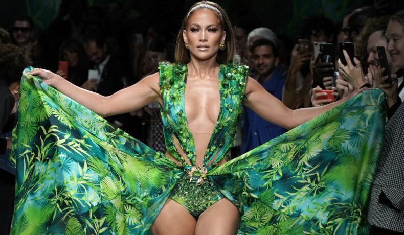 Jennifer Lopez defilează la prezentarea de modă Gucci într-o rochie verde, lungă și vaporoasă cu decolteu foarte adânc