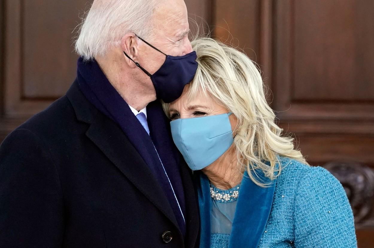 Joe Biden și Jill Biden se îmbrățișează în timpul inaugurării lui Joe Biden în funcția de președinte