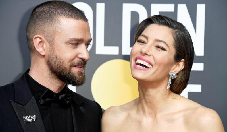 Justin Timberlake și Jessica Biel pozează pe covorul roșu la Globuril de Aur. Cei doi zâmbesc