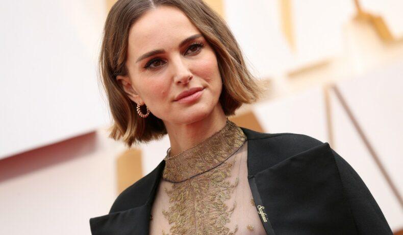 Natalie Portman fotografiată pe covorul roșu într-o rochie crem și cu părul scurt