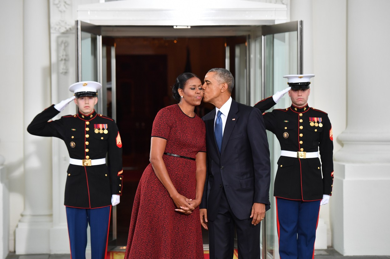 Barack și Michelle Obama se sărută în văzul tuturor pe scările de la Casa Albă