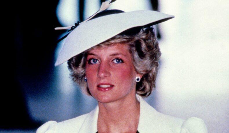 Diana poartă o pălărie albă cu bor rotund și un sacou alb cu aplicații negre