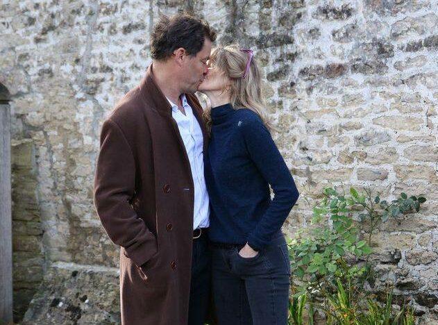 Dominic West și soția sa, Catherine FitzGerald. se sărută tandru în apropiere de locuința din Marea Britanie