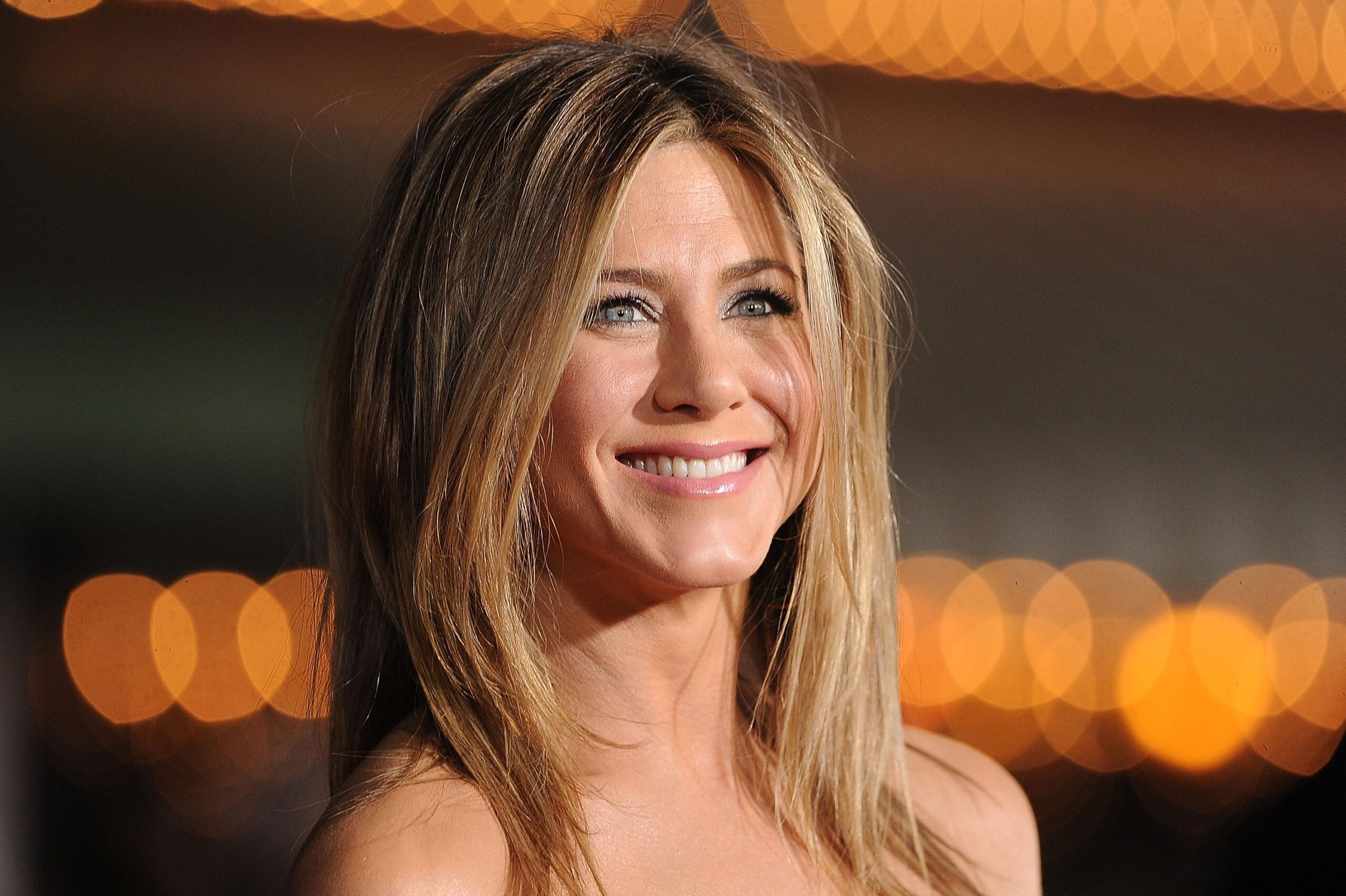 Portret Jennifer Aniston, în lumina reflectoarelor. Actrița zâmbește larg către cameră