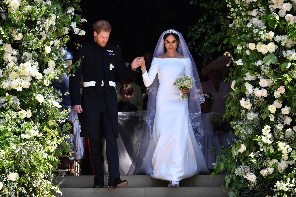 Meghan Markle îmbrăcată în rochie de mireasă la brațul prințului Harry