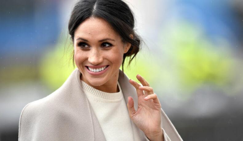 Imagine cu Meghan Markle salutând cu mâna și zâmbind