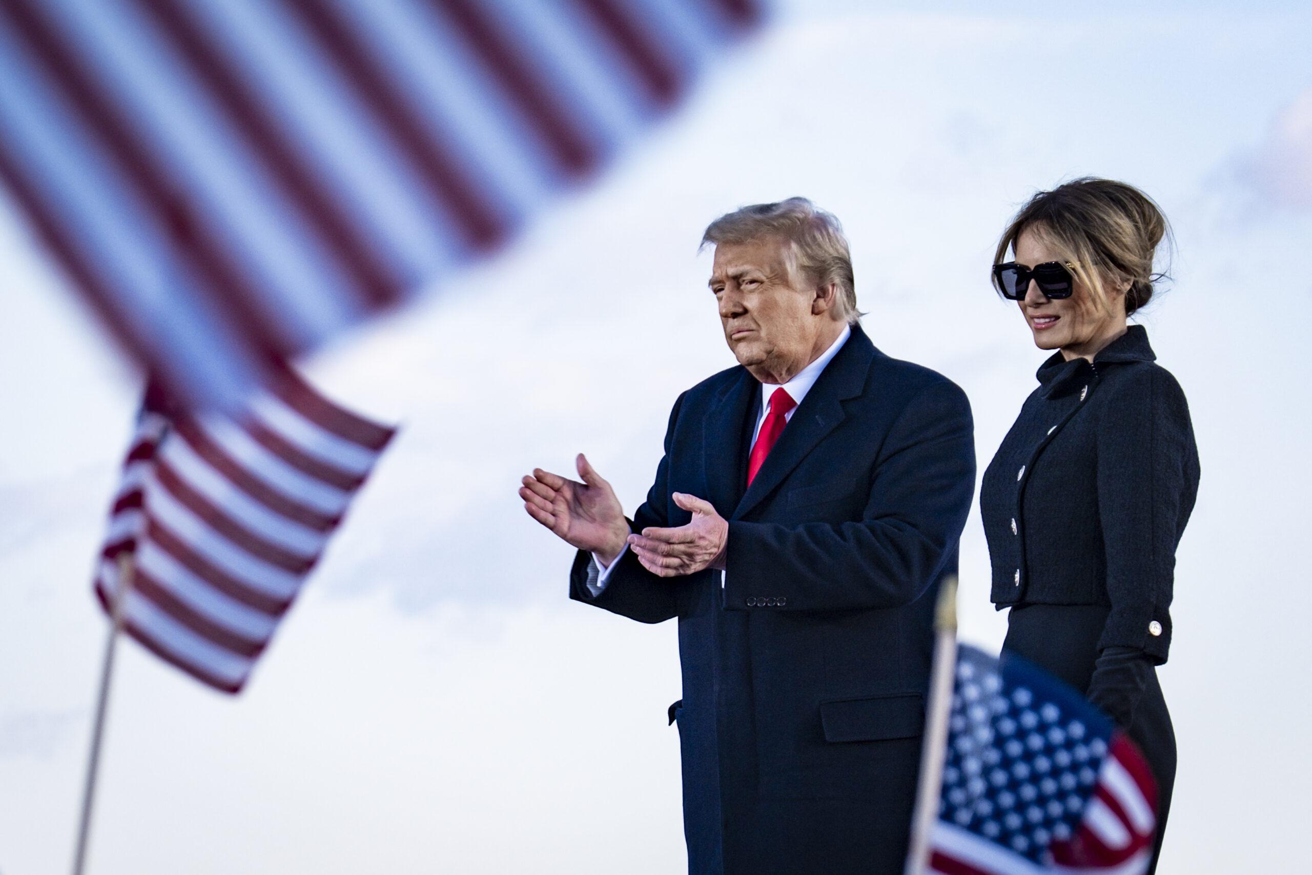 Donald și Melania Trump, fotografiați înainte de a urca în avionul cu destinația Florida, în ultima zi petrecută la Casa Albă