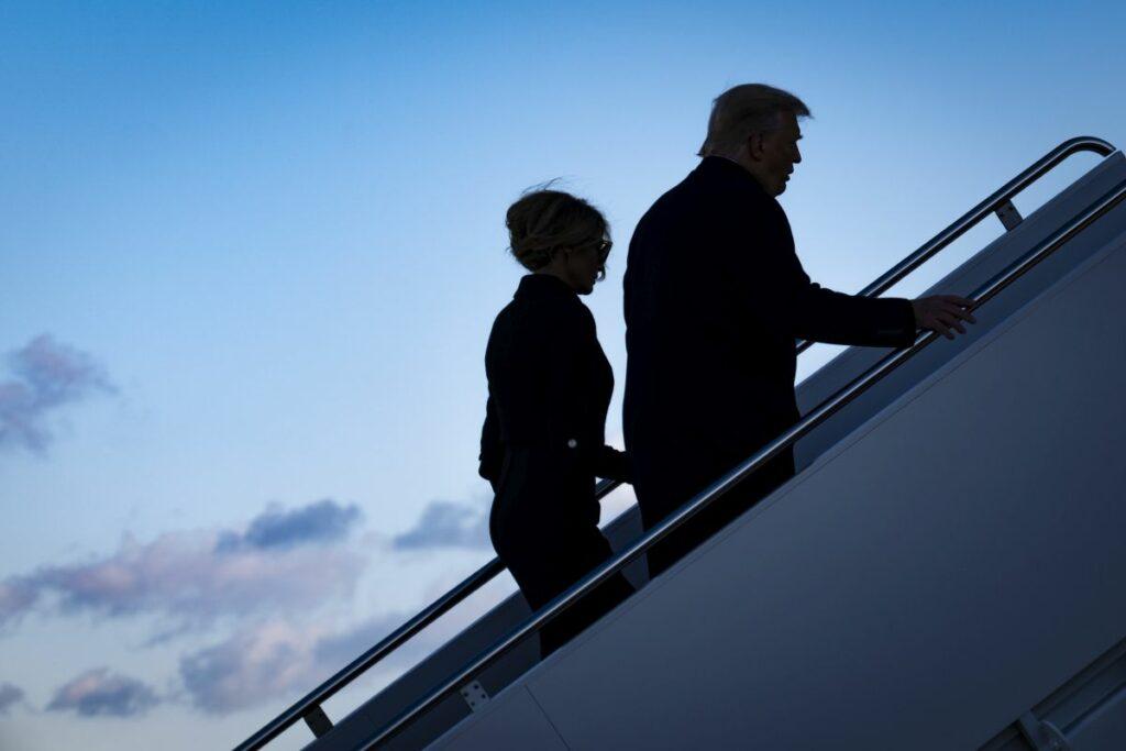 Donald și Melania Trump, fotografiați în timp ce urcă în avionul cu destinația Florida, în ultima zi petrecută la Casa Albă