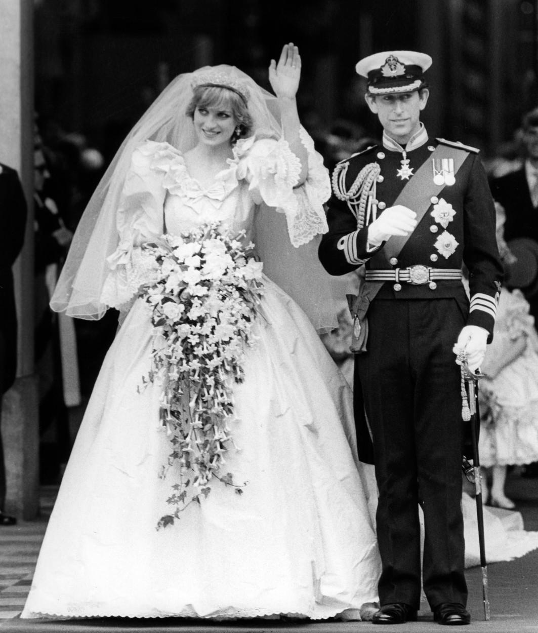 Prințesa Diana îmbrăcată în rochie de mireasă alături de prințul Charles