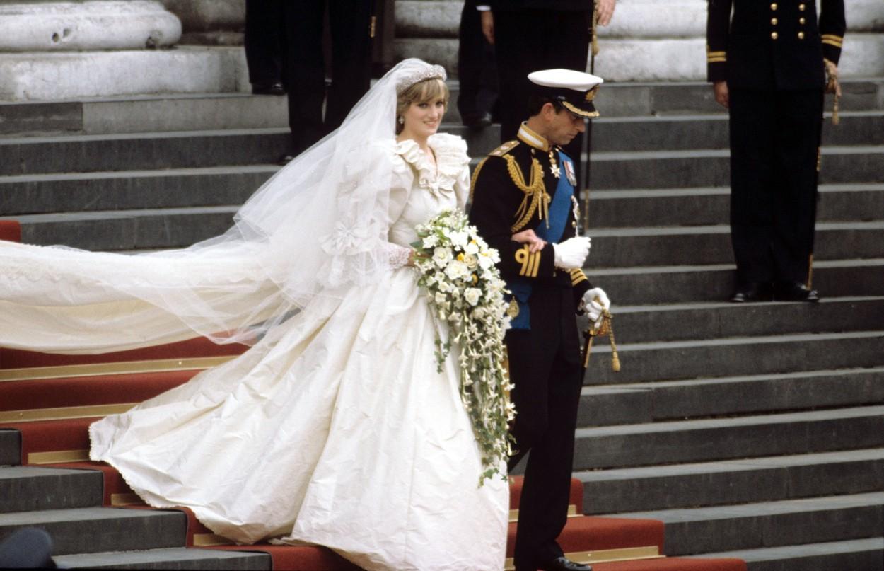 Prințesa Diana îmbrăcată în rochie de mireasă la brațul prințului Charles