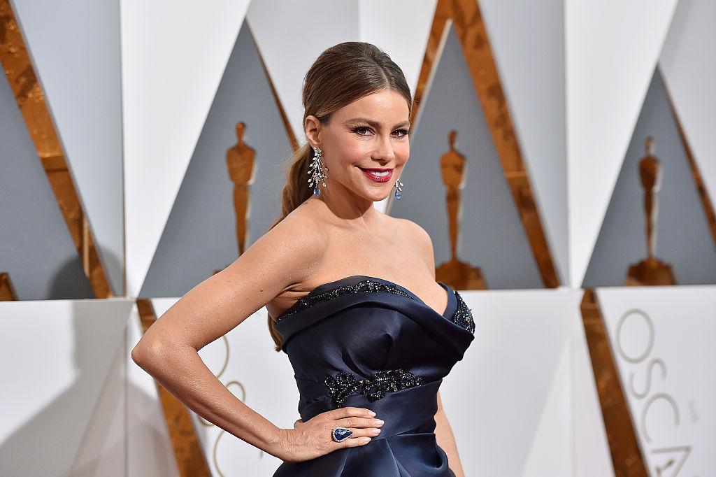 Sofia Vergara îmbrăcată într-o rochie neagră cu umerii goi și decolteu generos pe covorul roșu la Oscar