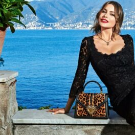 Sofia Vergara pozează la malul mării într-o rochie neagră elegantă