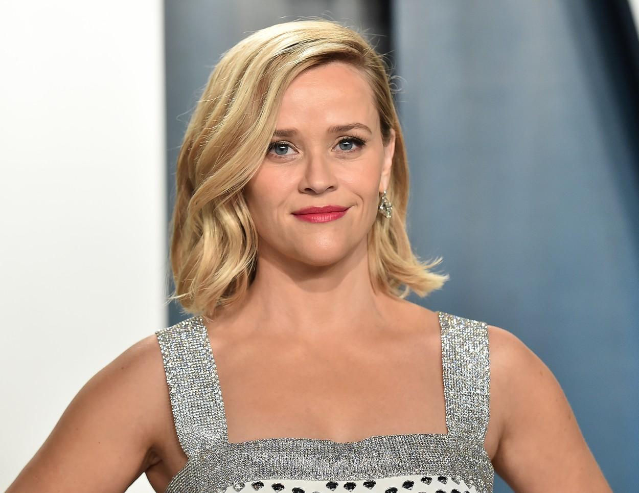 Reese Whiterspoon, la un eveniment,îmbrăcată într-o rochie elegantă, argintie
