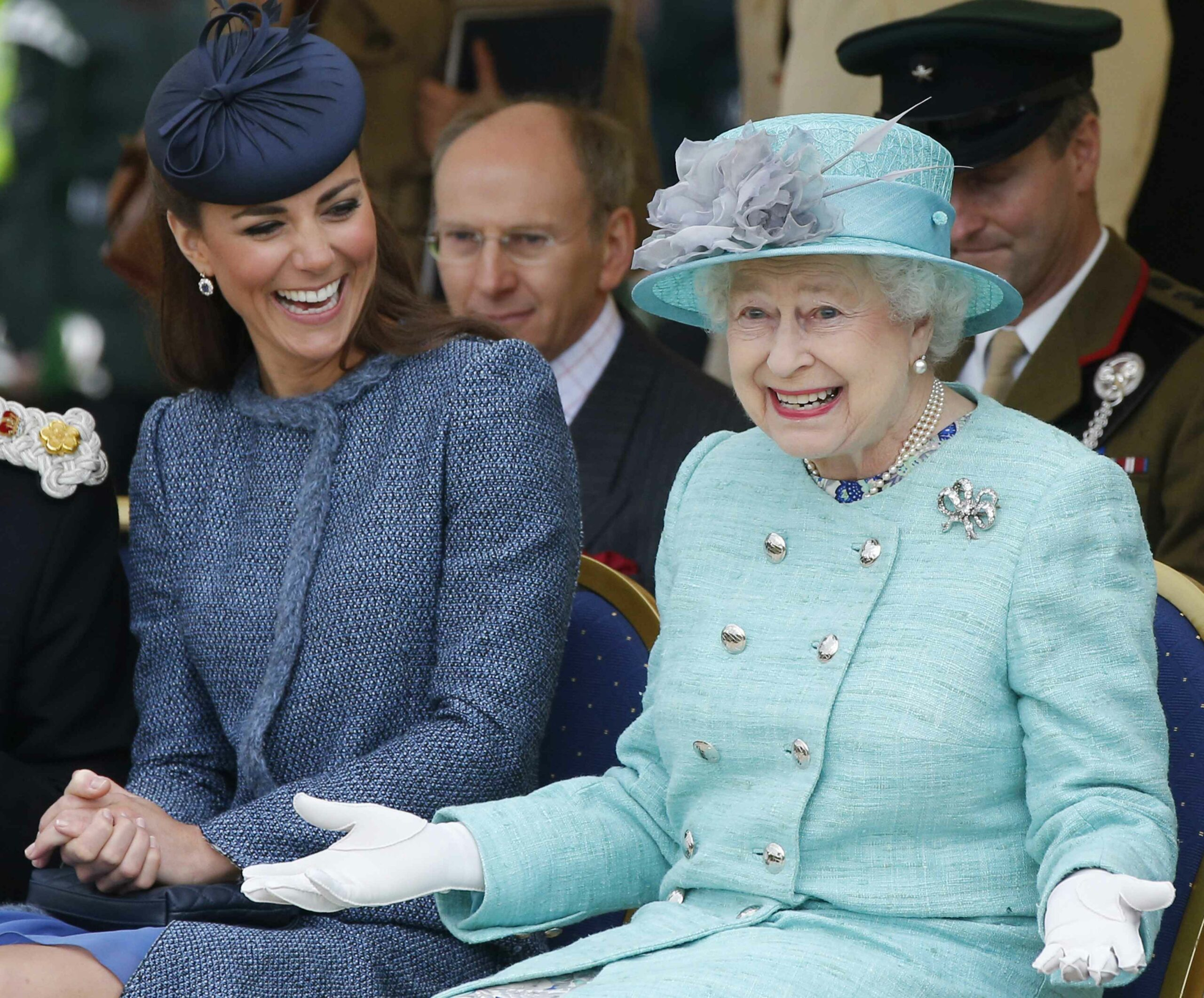 Regina Elisabeta alături de Kate Middleton, la un eveniment public