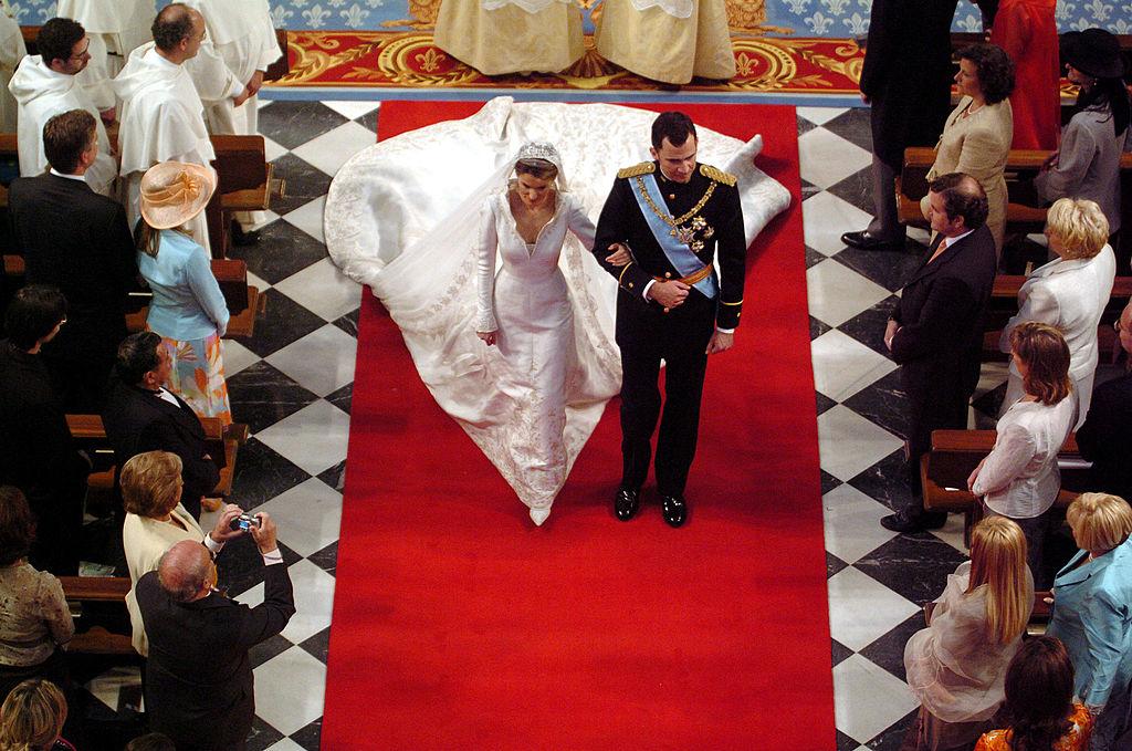 Regina Letizia defilează către altar